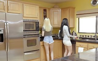 Jaclyn Taylor & Sierra Nicole in Hook-up Lessons From Mama - MomsTeachSex